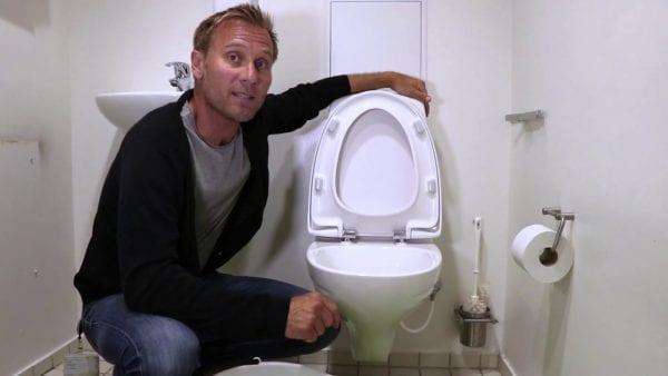 Skyller du penge ud i toilettet?