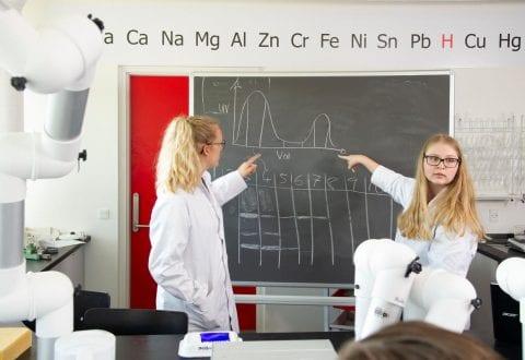 "diplomingeniører afholder 'lab øvelser i biokemi"". Sted: J. Hagemann-Petersens Alle 4, Kalundborg. Dato: 02/05/2018 Grafiker: Casper Bergsø Foto: Alex Tran"