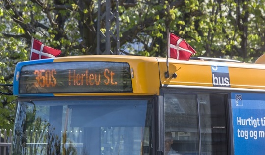 Hvorfor flager busserne søndag den 5. maj?