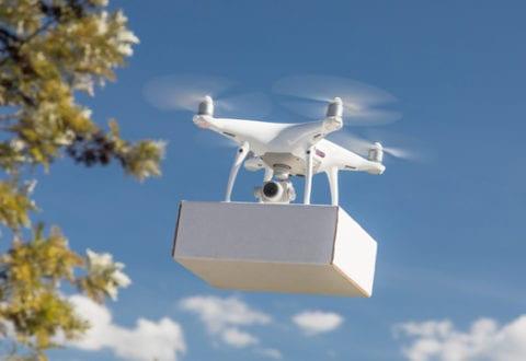 Drone med pakke, foto: Naviair