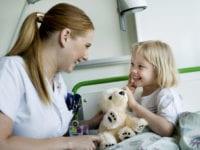 Ny bog skal hjælpe tusindvis af syge børn og deres forældre