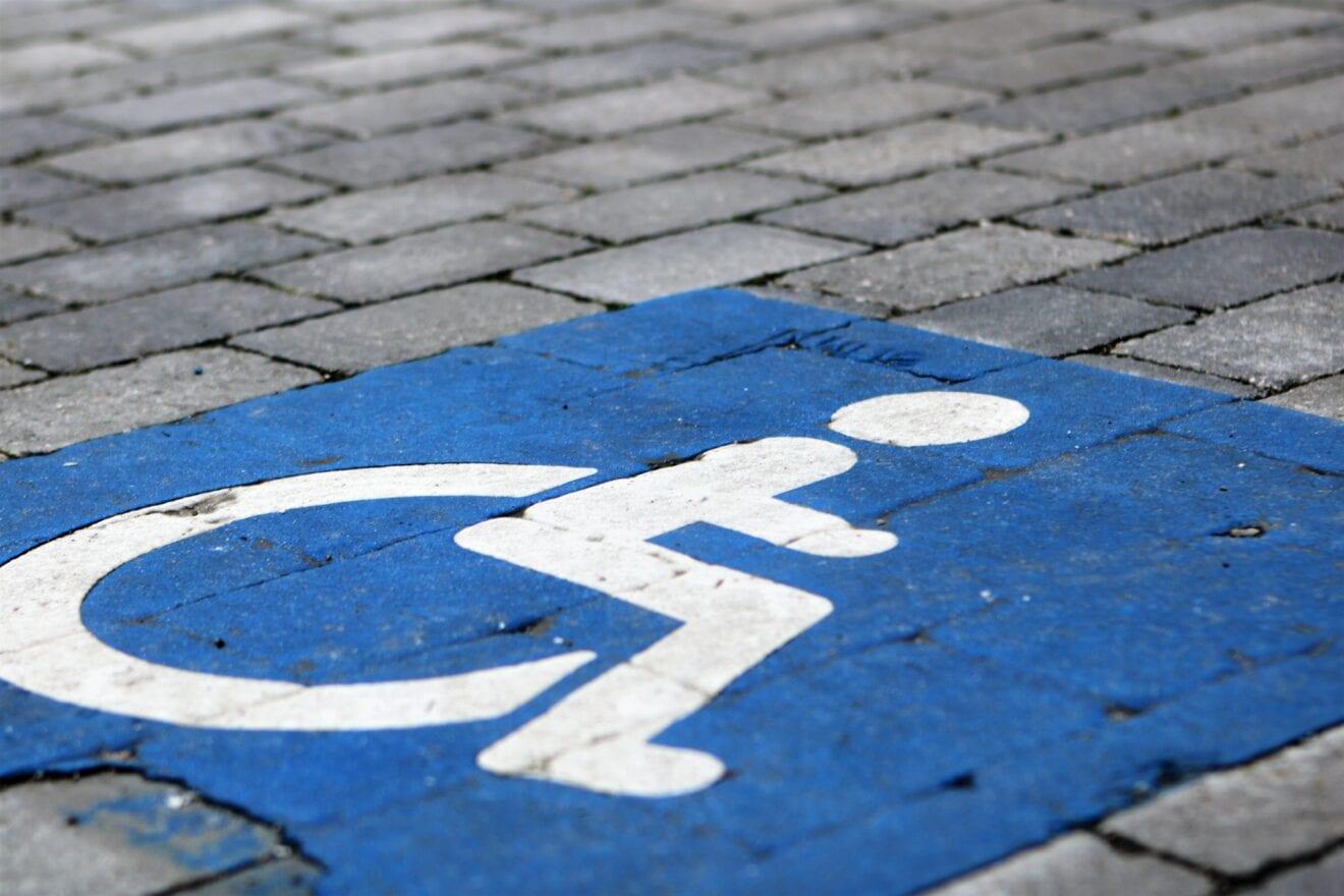 Nu bliver det dyrere at standse ulovligt på handicapparkering